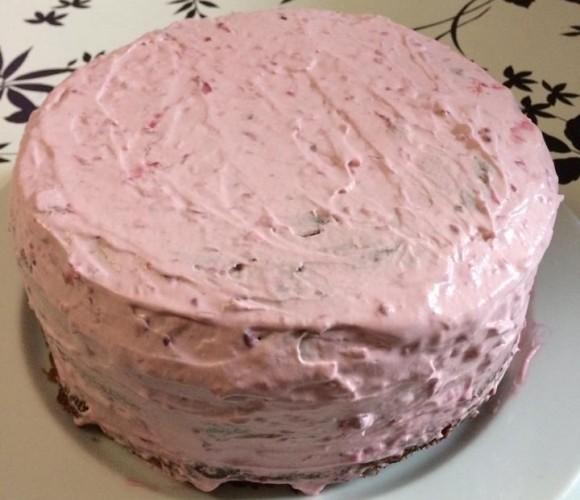 gâteaux anniversaire ,génoise et crème gout fraises des bois et décors en pâte a sucre