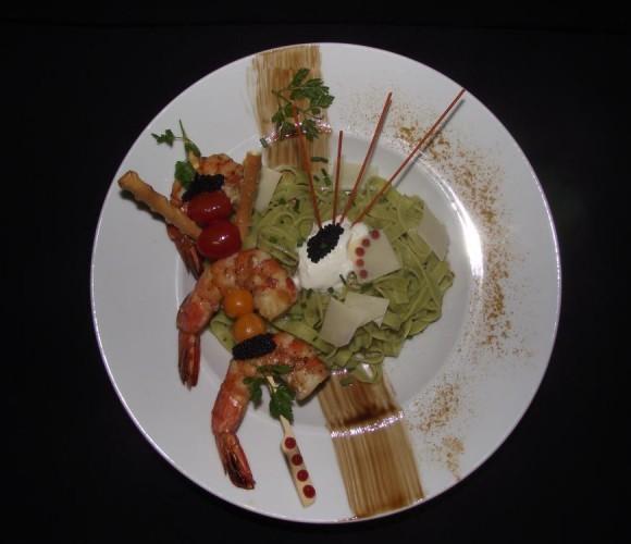 Un plat brochette de gambas tagliatelles basilic