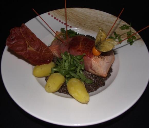 Un plat: saumon bardé au Serrano lentilles vertes du Puy