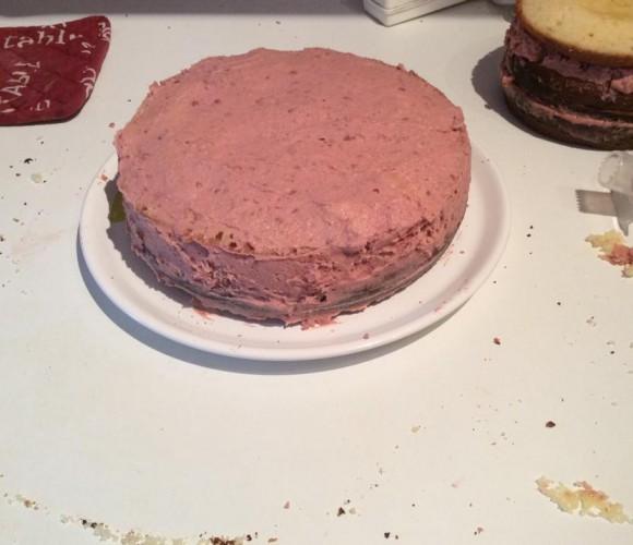 gâteaux d'anniversaire génoise et crème gout fraise «tagada» et décors en pâte a sucre