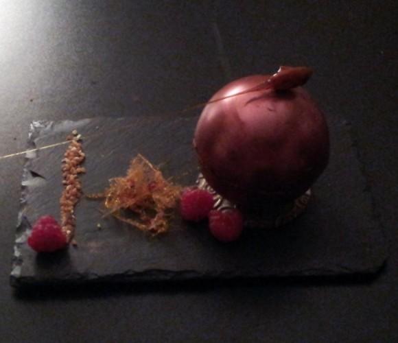 sphere chocolat irisee, mousse au chocolat blanc, pralin , framboises fraiches et sa fleche amande caramel file