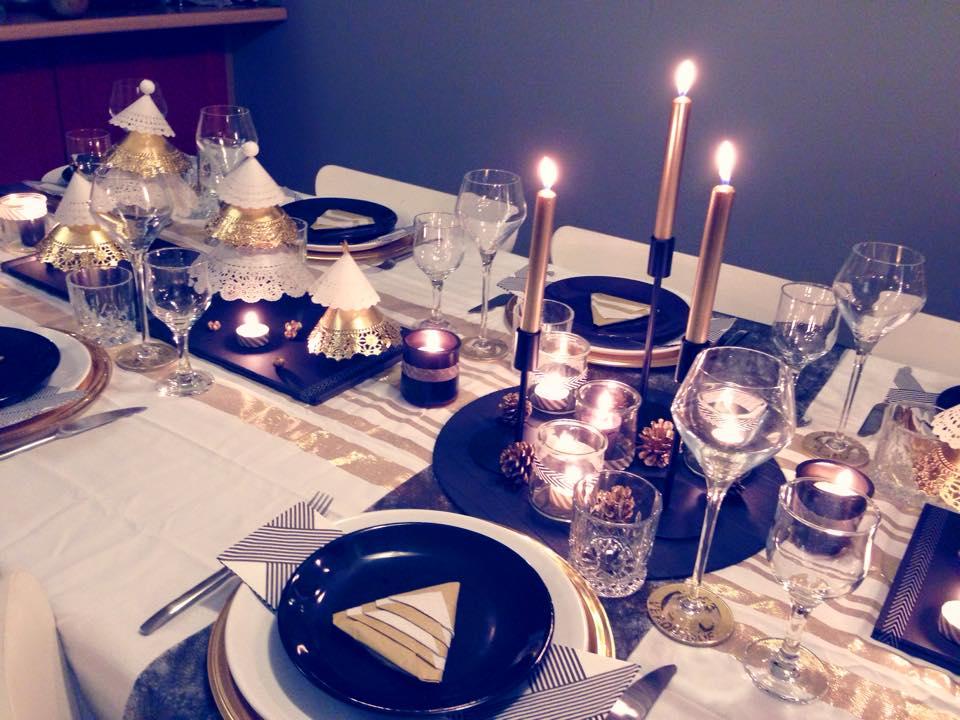 Table d\u0027un Noël moderne en BLANC, NOIR et OR\u2026