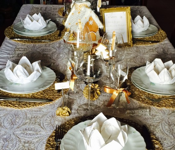 Table de fête gourmande en blanc et or