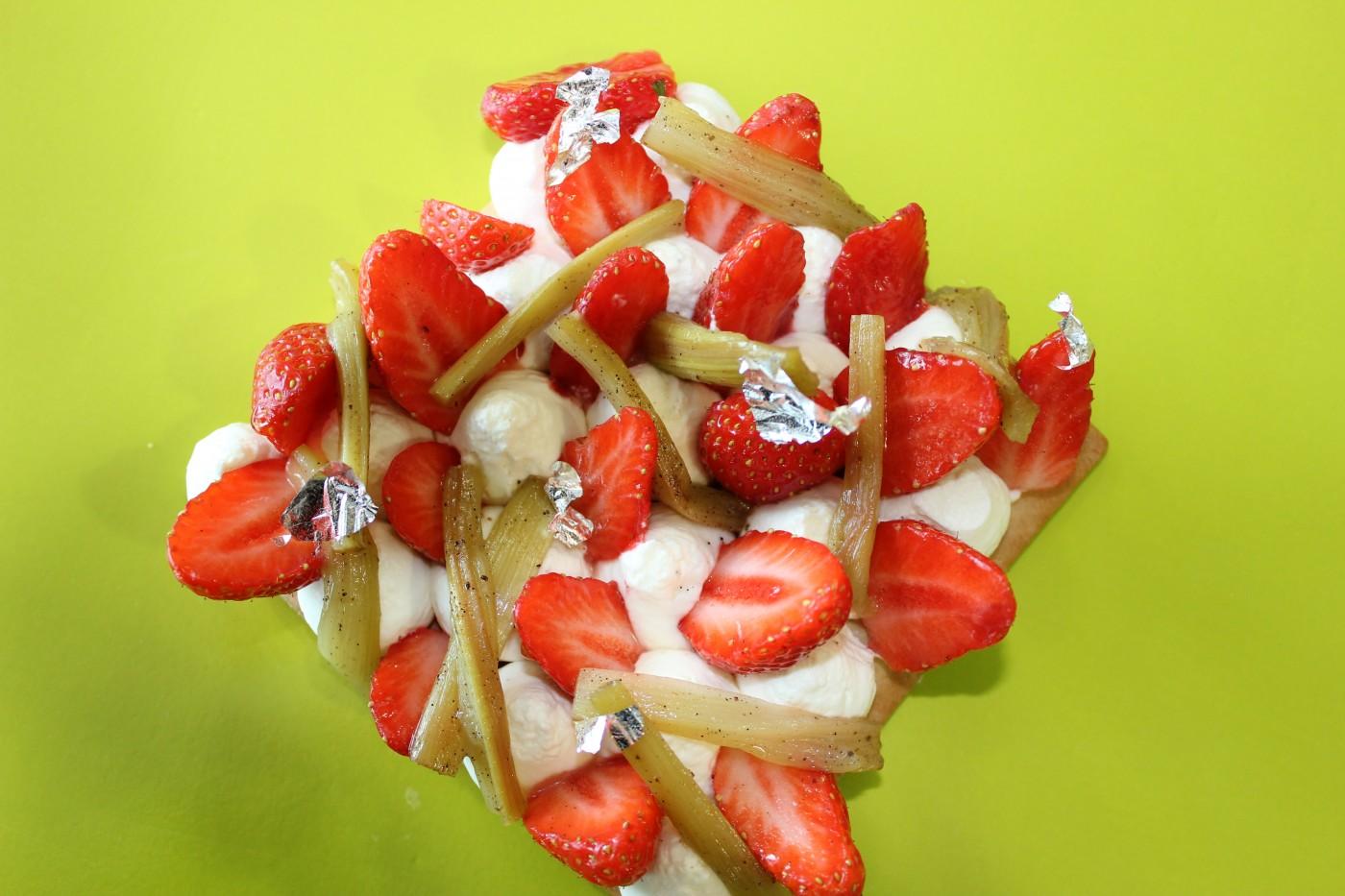 tarte sablée à la fraise, rhubarbe pochée à la vanille, crème à la feve de tonka