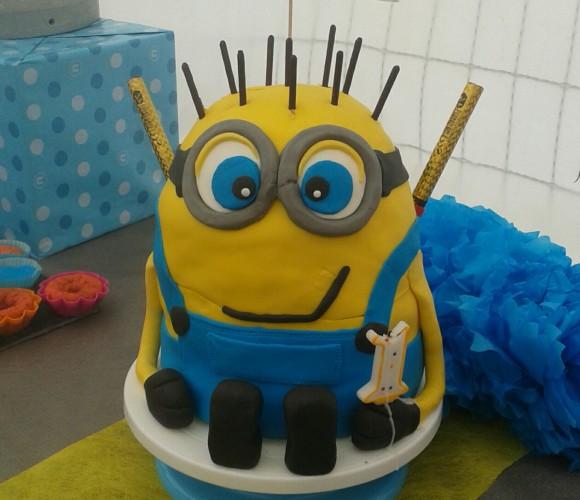 Mon 1er gâteau en pâte à sucre thème «les minions»