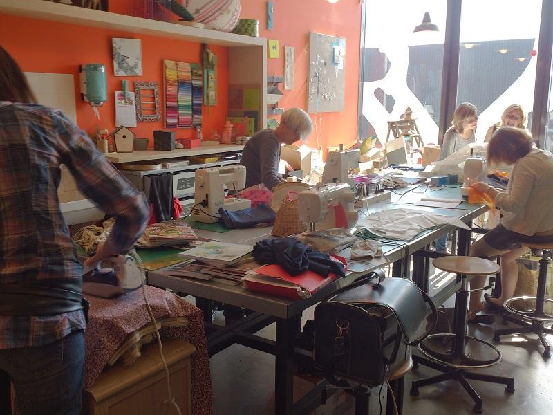 Première journée couture à l'atelier créa. De la bonne humeur et des projets plein les têtes !