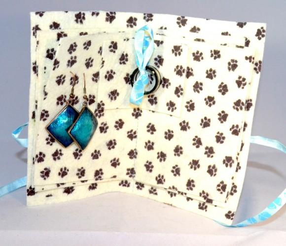 Porte bijoux, porte feuille pour bijoux à fleurs bleu en feutrine patte de chat. Porte épingles