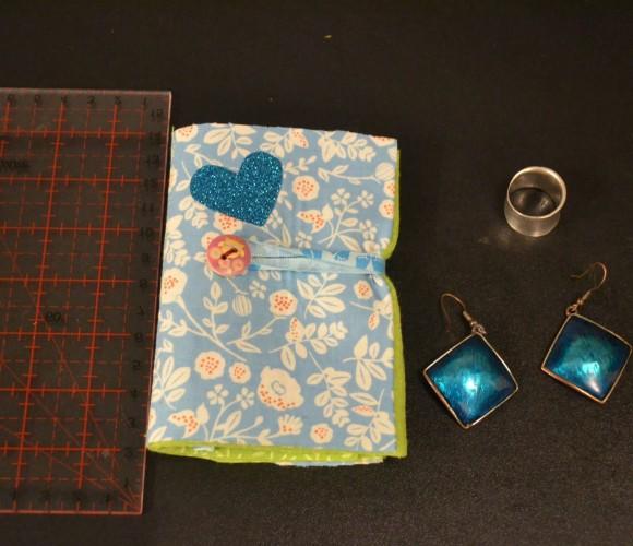 Porte bijoux, porte feuille pour bijoux à fleurs bleu en feutrine verte. Porte épingles