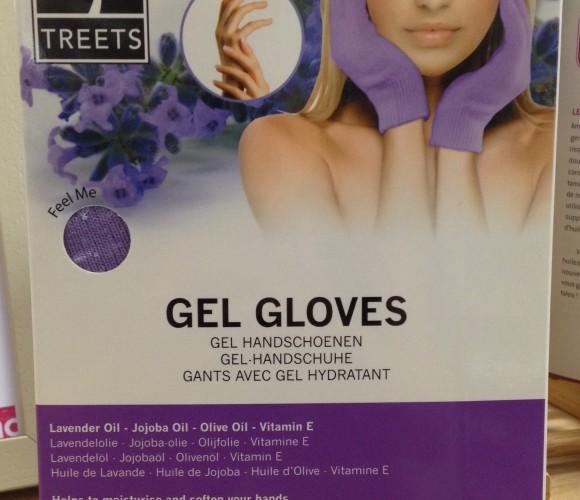Des nouvelles mains avec des gants avec gel hydratant