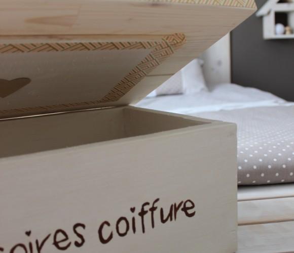 une boîte en bois sur mesure et avec un joli masking tape !
