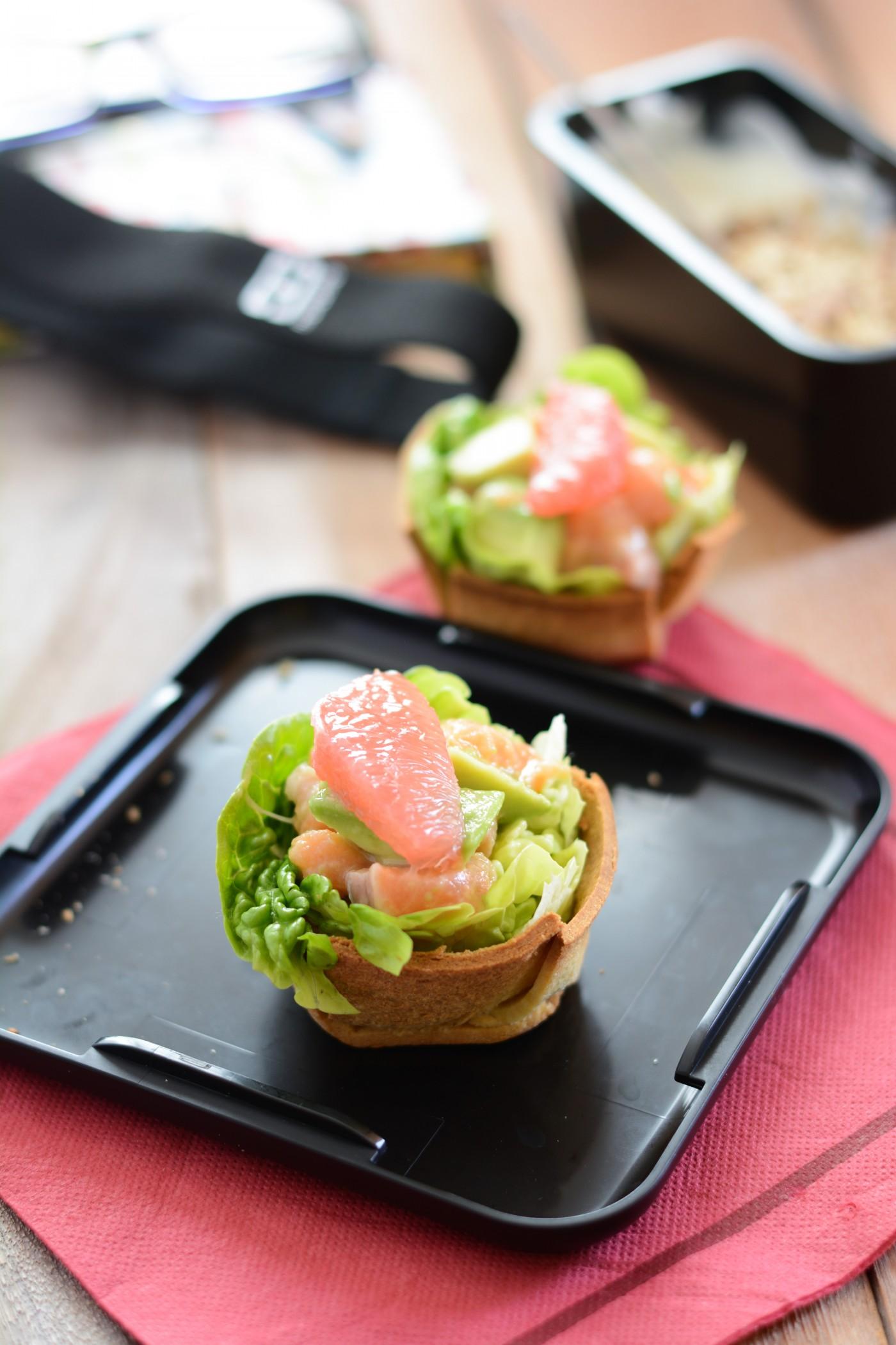 Déjeuner dans mon bento: salade de truite, avocat et pamplemousse dans un bread bowl