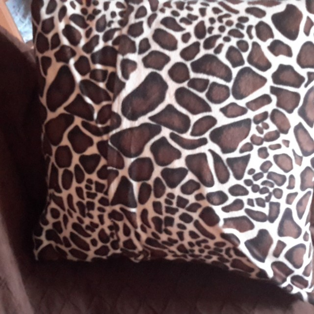 coussin peau de girafe blog z dio. Black Bedroom Furniture Sets. Home Design Ideas