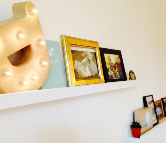 J'ai testé pour vous «La tablette murale en bois pour cadres et objets décoratifs»