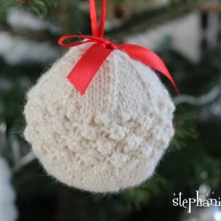 une boule tricotée pour le sapin