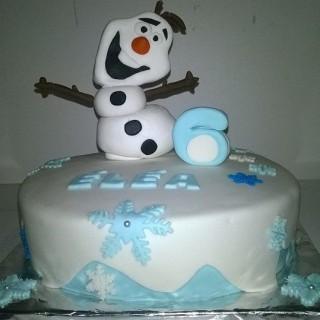 Gâteau en pâte à sucre sur le thème de la reine des neiges