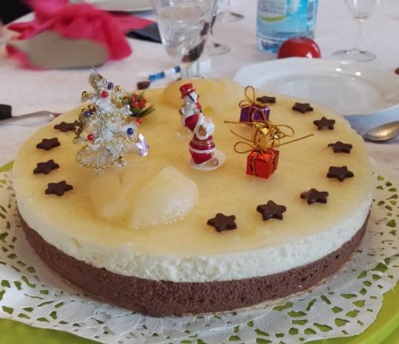 Bavarois poire-chocolat avec ses macarons pistache/framboise et coco