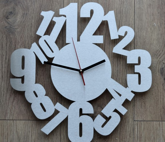 Horloge inox design chiffres entremêlés