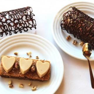 Délice aux noix, panna cotta au sirop d'érable et dentelle au chocolat