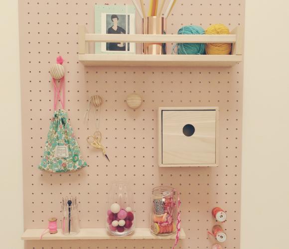 Peg board pour exposer mes petites affaires de coutures trop jolies pour être cachées!