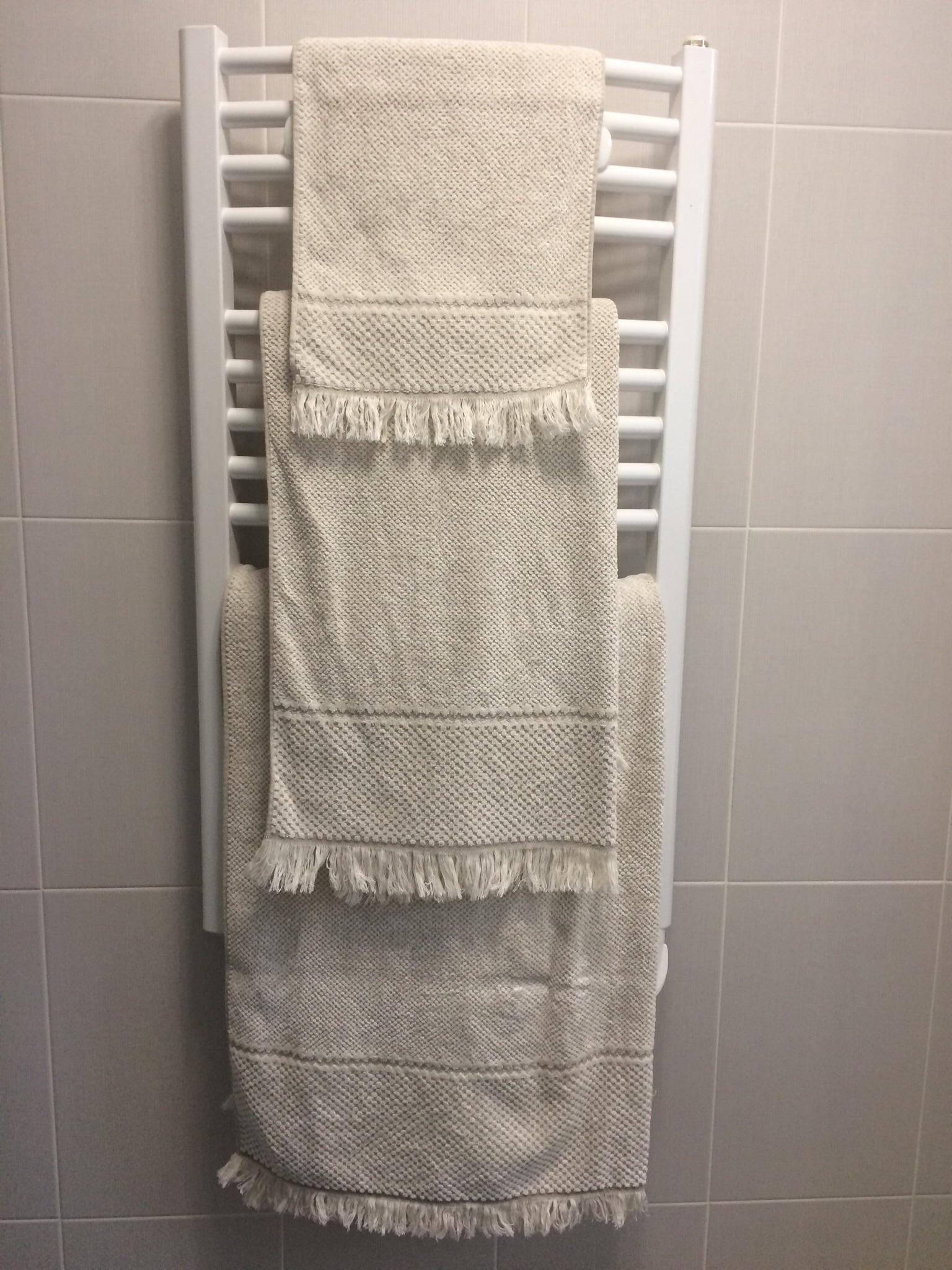 Serviette pour ma salle de bain blog z dio - Range serviette salle de bain ...