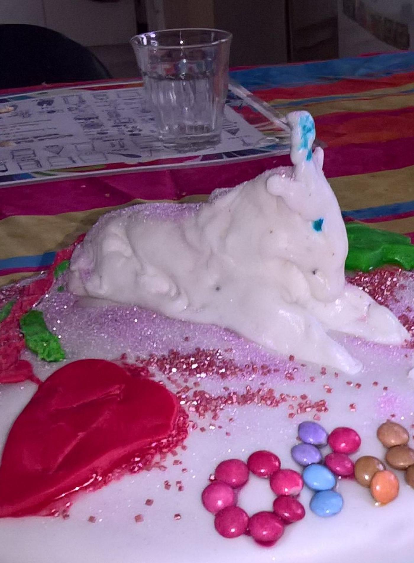Gâteau arc en ciel, déco pâte à sucre Licorne