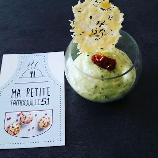 Crème de courgette et sa tuile de parmesan au thym