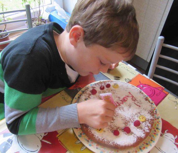 Je fais mon gâteau anniversaire par ROMAIN 7 ans !