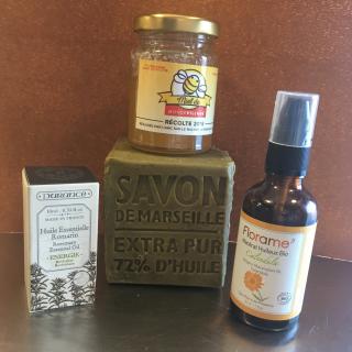 """J'ai testé pour vous le savon liquide maison """" ANTI MICROBE"""" avec du savon de Marseille, l'huile essentielle de romarin et l'huile de calendula."""