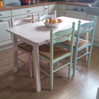 Des chaises couleur pastel