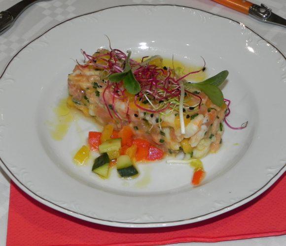 Tartare de crevette, saumon, mangue, combava et sa vinaigrette arlequin
