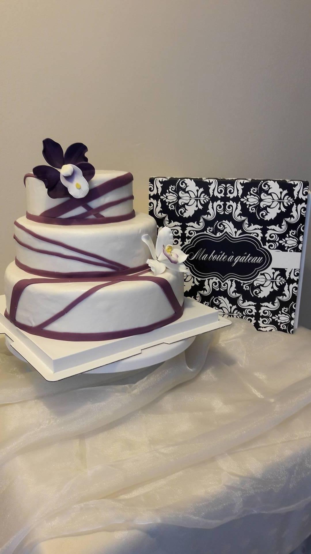 Décoration d'un gâteau de Mariage avec des fleurs en sucre