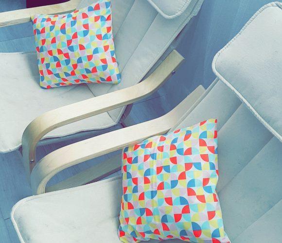 Des petits coussins multicolores et graphiques