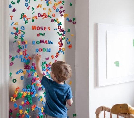 Pour une déco de chambre d'enfant parfaite j'ai choisi le tableau aimanté et les lettres magnetiques colorées