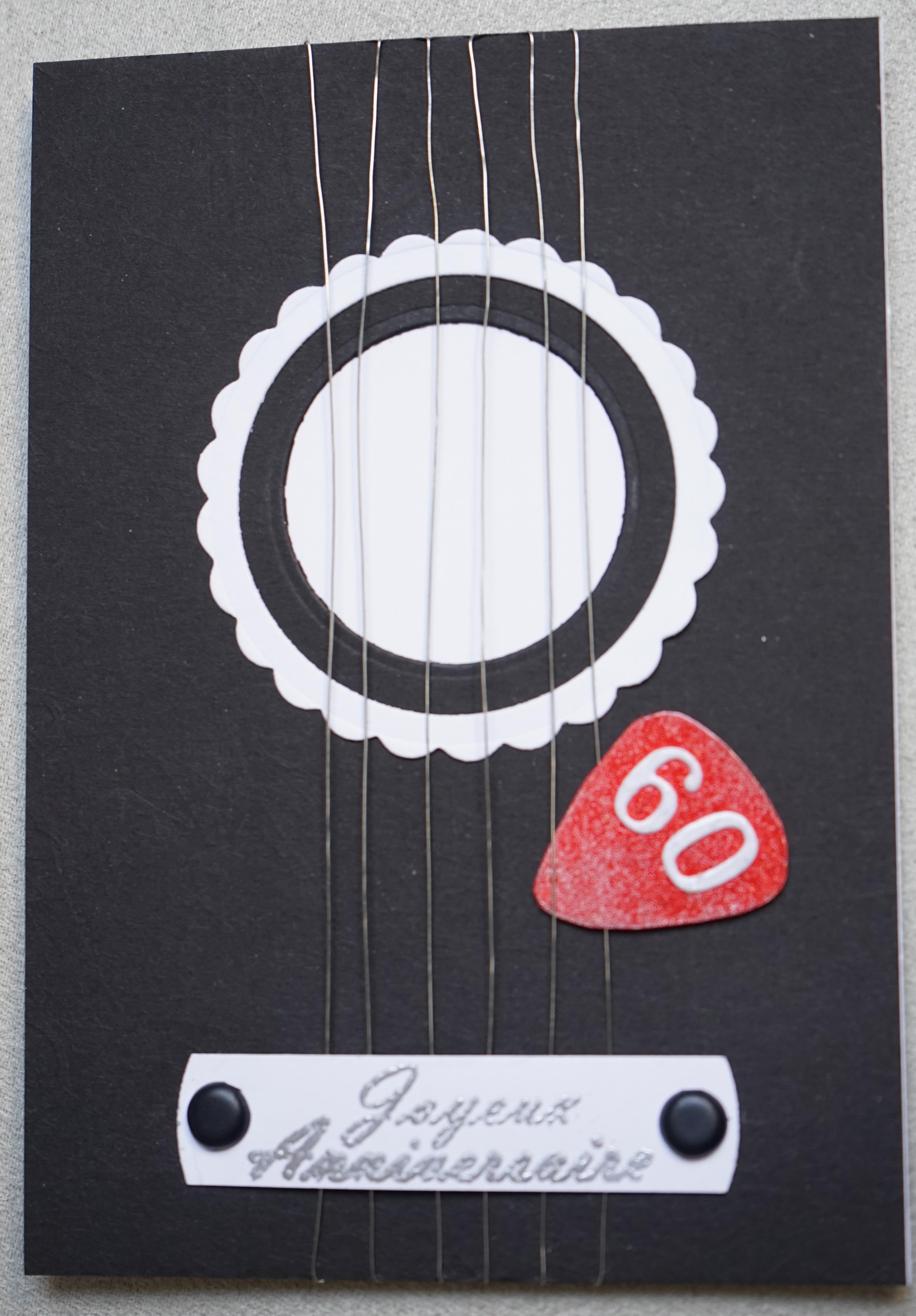 Carte d'anniversaire en forme de guitare pour un amoureux de musique.