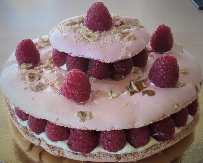 Gâteau macaron crème mousseline et framboises fraîches