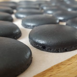 Macarons noirs et roses