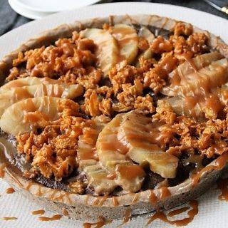 Tarte panna cotta chocolat, poires, céréales au caramel {sans gluten / sans lactose / sans oeufs / végétalien}