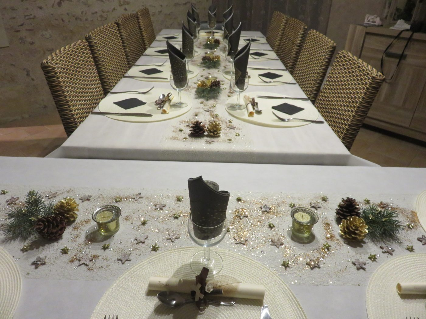 Table de reveillon du nouvel an simple nature et chic for Decoration reveillon