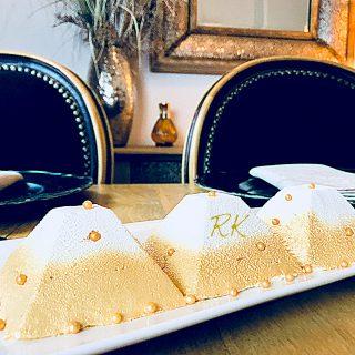 Bûche à la crème au mascarpone à la vanille avec insert mangue/passion et biscuit cuillère à la fleur d'oranger.