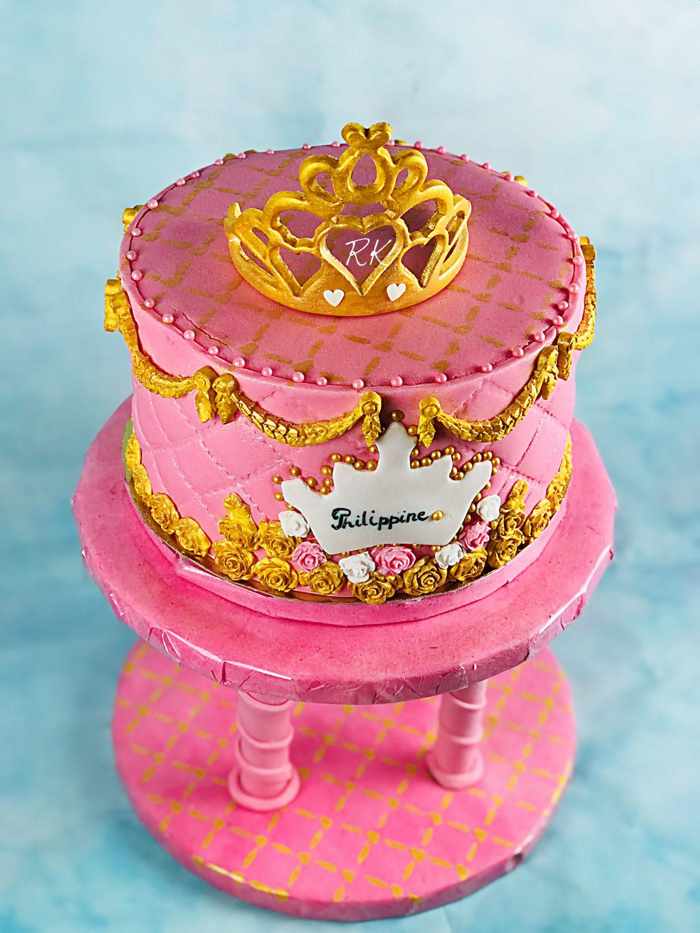 Gâteau mousseline couvert de crème au beurre à la vanille et fourré de chocolat à la fraise