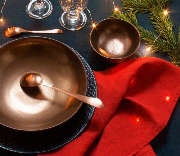 Une table de fête bleu de Prusse et cuivre