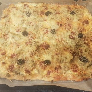 Pizza crème-artichaut-chorizo