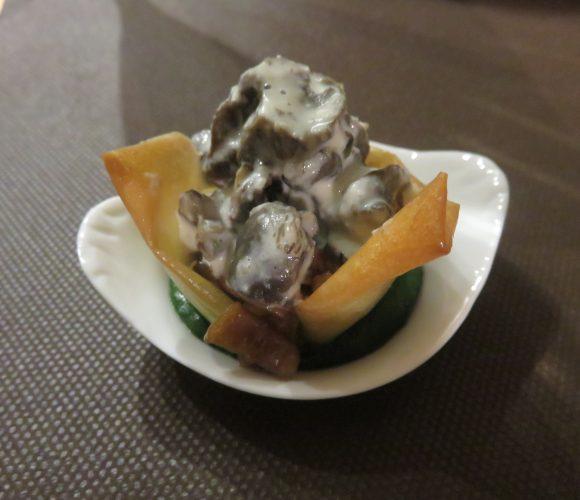 Aumonières de champignons et d'Escargots à la crème d'ail sur purée de persil