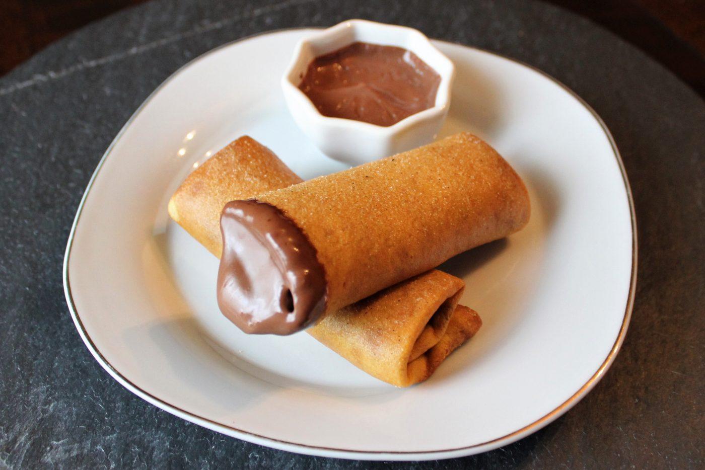 Nems de crêpes banane et sauce chocolat