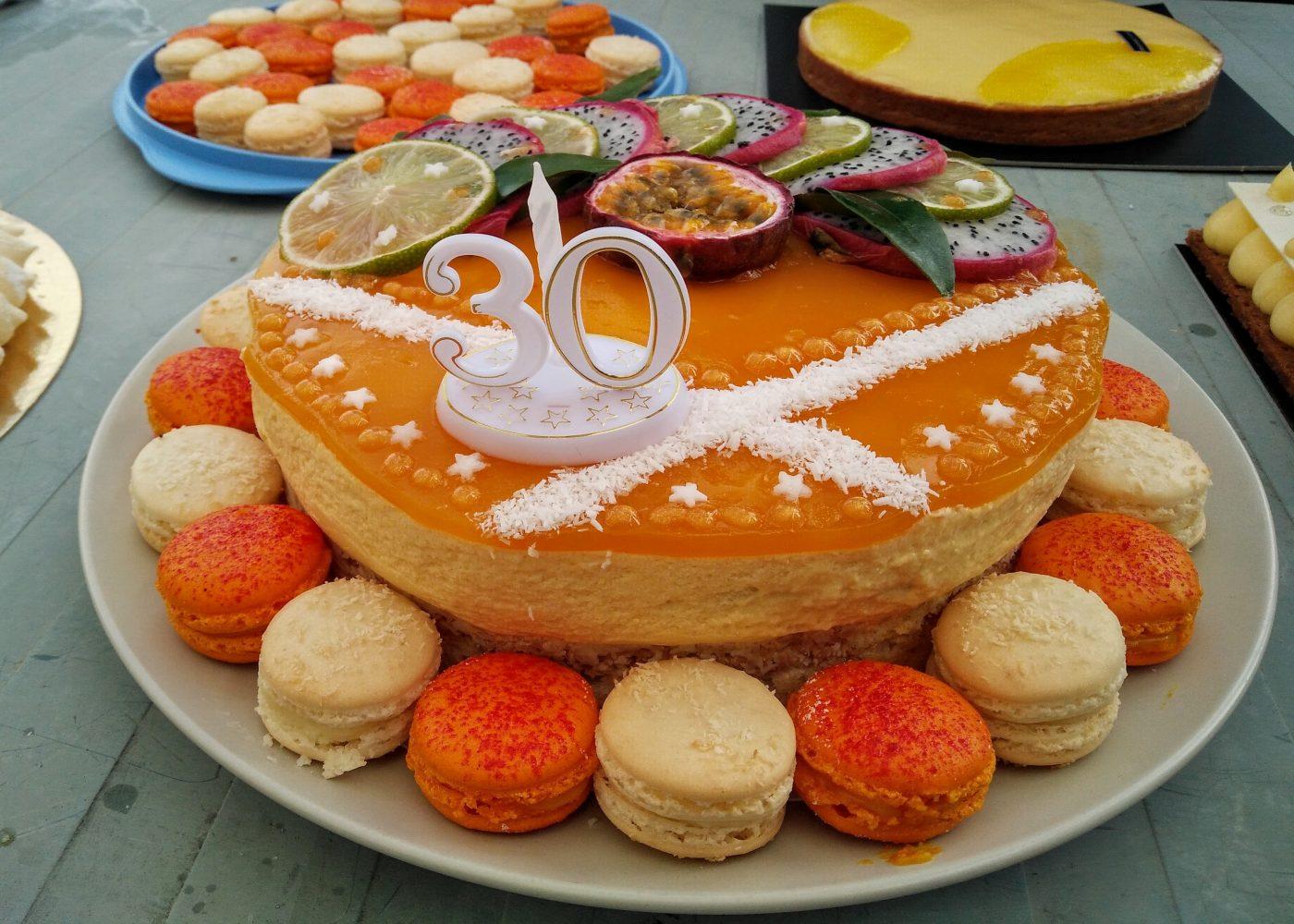 Entremet Mangue-Passion et ses macarons assortis