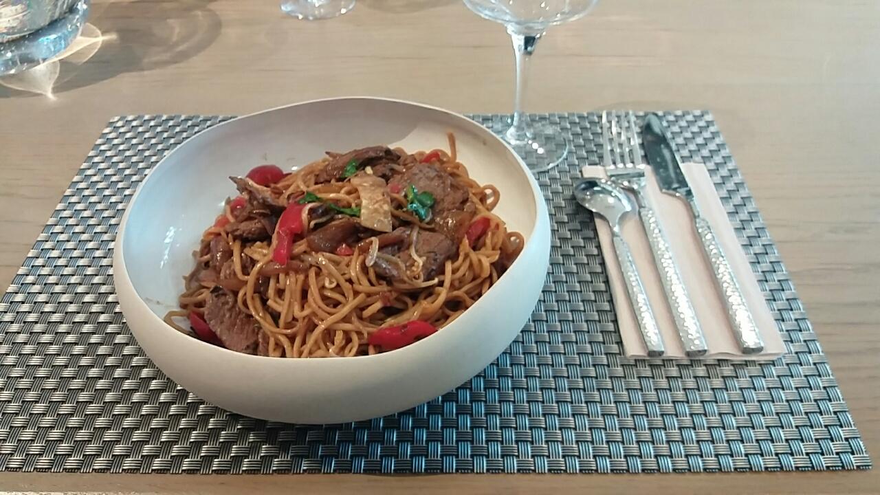 Petit wok de nouilles au boeuf et légumes croquants
