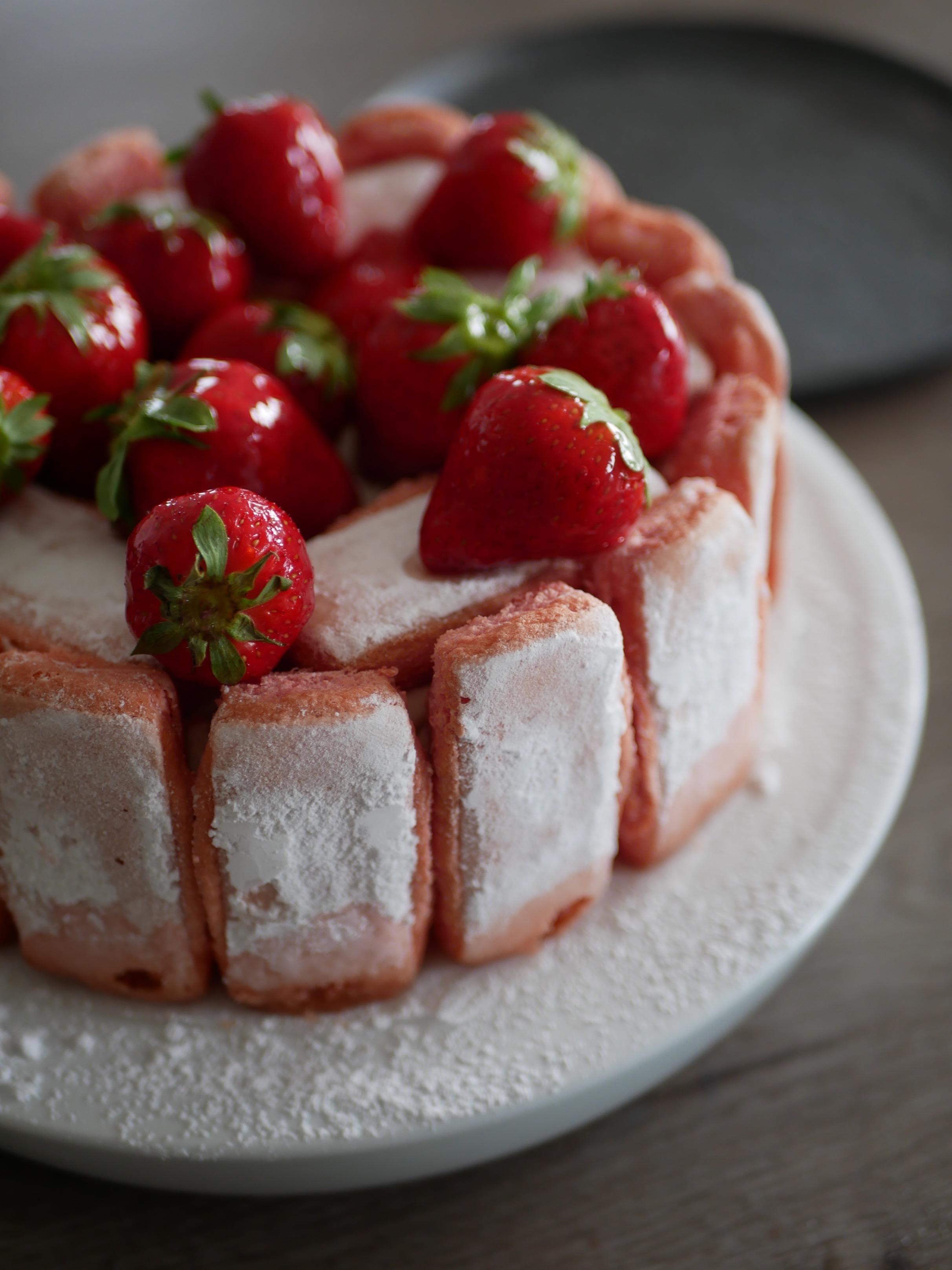 La charlotte aux fraises et aux biscuits roses de Reims