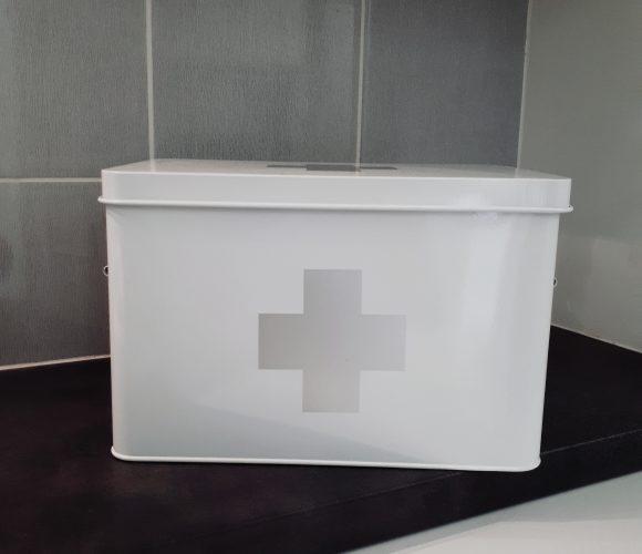 J'ai testé pour vous la boîte à pharmacie en métal blanc