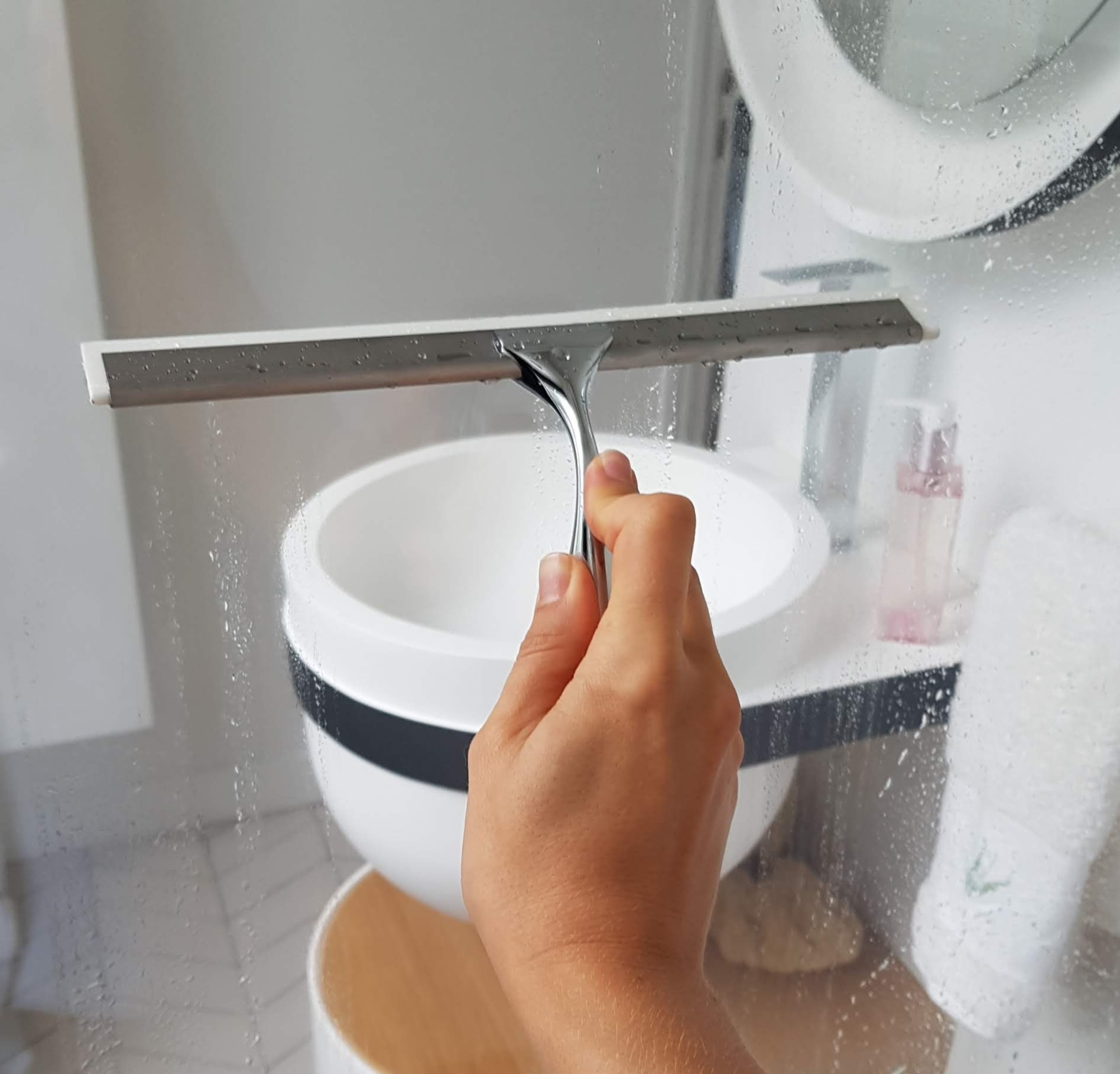 J'ai testé pour vous la raclette de douche en acier inoxydable et son support bestlock