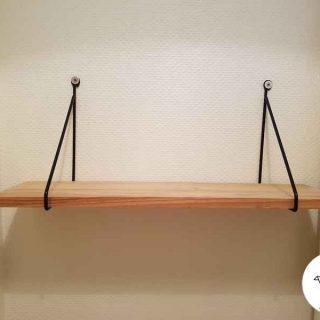 Une étagère avec des équerres filaires